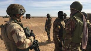 """Des soldats de la mission Barkhane lors de l'opération """"Hawbi"""", dans le centre du Mali, le 2 novembre 2017."""