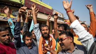Des hindous célèbrent la décision de la Cour suprême indienne à Ayodhya, le 9novembre2019.