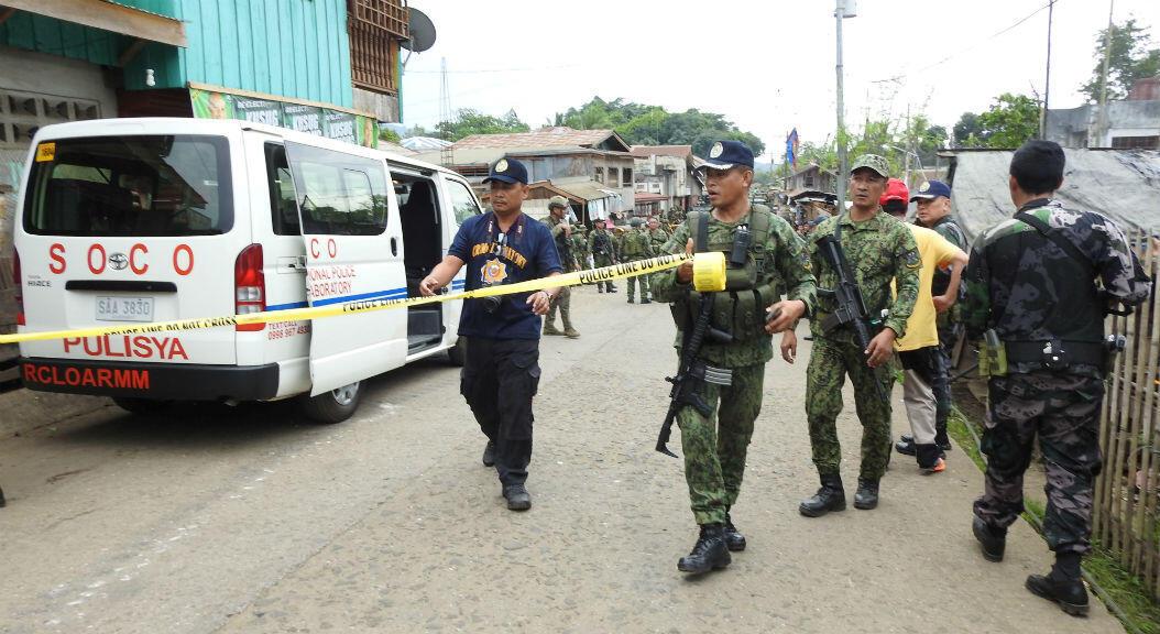 Las Fuerzas de Seguridad y los Operadores de la Escena del Delito (SOCO) acordonan un área para la investigación, después de un ataque en la base militar la 1ª Brigada la isla de Jolo, archipiélago de Sulú, en el sur de Filipinas, el 28 de junio. 2019.