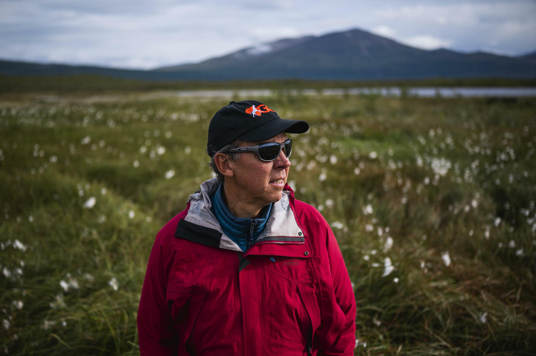 El investigador Keith Larson, en una zona fangosa de la meseta de Stordalen donde estudia el permafrost, el 24 de agosto de 2021 cerca de Abisko, al norte de Suecia