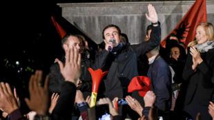 Le leader du Vetevendosje, Albin Kurti, s'exprime devant ses partisans après sa victoire, à Pristina, au Kosovo, le 6 octobre 2019.