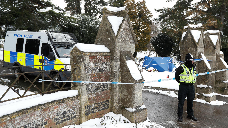 Un oficial de policía se encuentra afuera del cementerio de London Road donde está la tumba de Alexander Skripal; hijo del exoficial de inteligencia ruso Sergei Skripal; se ve cubierto con una tienda de campaña, en Salisbury, Gran Bretaña, el 19 de marzo de 2018.