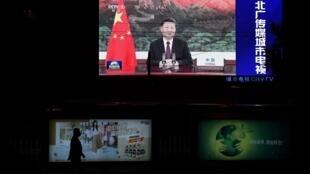 El presidente chino Xi Jinping aparece en una pantalla en Pekín mientras pronuncia un discurso virtual y pregrabado ante la Asamblea General de la ONU