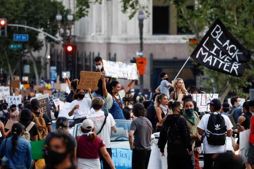 Un grupo de manifestantes en una protesta el 3 de junio de 2020 en Los Ángeles, Estados Unidos, en rechazo a la muerte en custodia policial de George Floyd en Minneapolis.