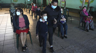 Un niño lleva una mascarilla como medida de precaución contra el contagio de covid-19, mientras asiste a la ceremonia de inicio de clases en la Escuela Ramona Gil, en Chimaltenango, a 60 kilómetros al oeste de Ciudad de Guatemala, el 22 de febrero de 2021