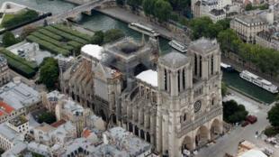 Vue du ciel de la cathédrale parisienne, partiellement incendiée, le 14 juillet 2019.