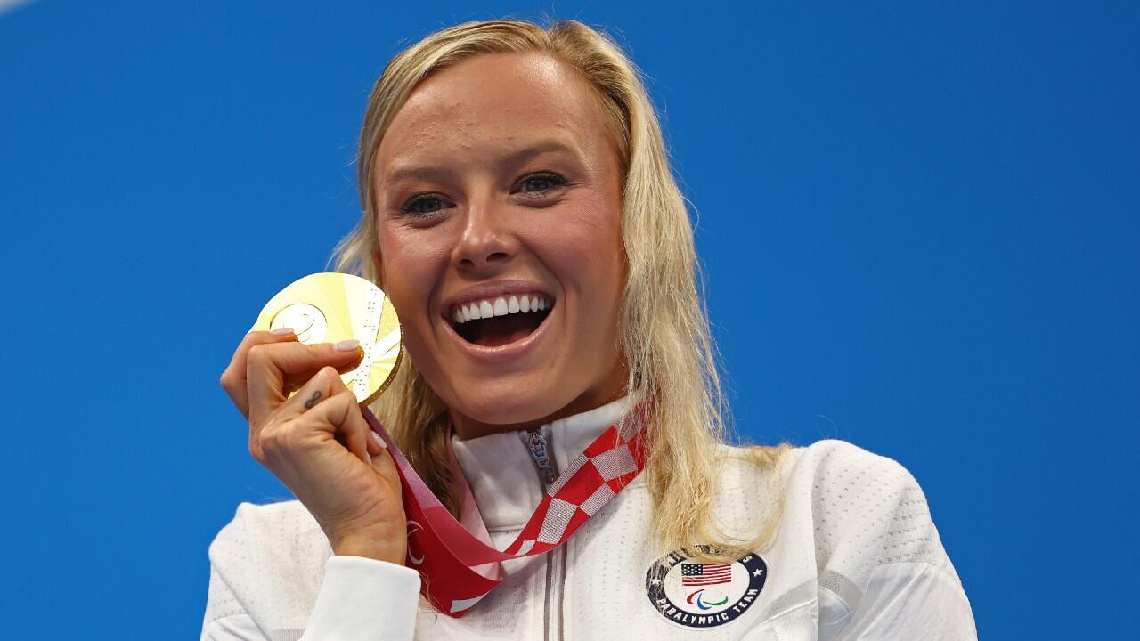 La nageuse handisport américaine Jessica Long savoure sa médaille d'or sur le 200m quatre nages, le 28 août 2021.