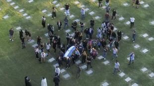 Vue aérienne de l'enterrement de la légende argentine du football Diego Armando Maradona, au cimetière Jardin Bella Vista, dans la périphérie de Buenos Aires, le 26 novembre 2020