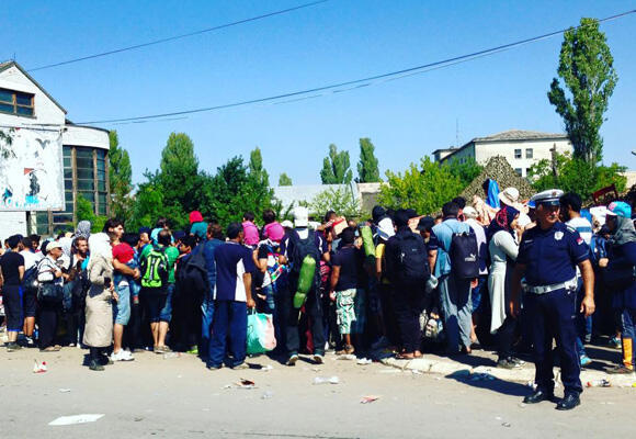 Long lines form outside the registration centre, supervised by Serbian police. (Photo: Fernande van Tets)