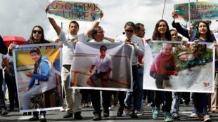 Familiares de los periodistas secuestrados en Ecuador viajarán a Lima, donde esperan sostener un encuentro con Luis Almagro, Secreatrio General de la OEA. Imagen del 1 de abril de 2018.