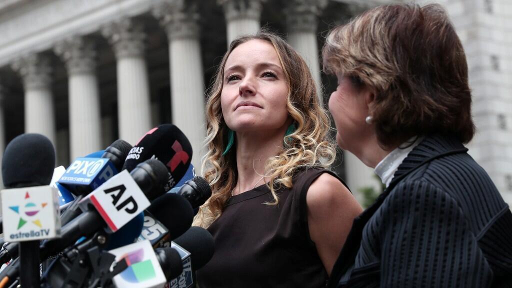 Teala Davies, una presunta víctima de Jeffrey Epstein, habla a los medios mientras Gloria Allred, que representa a las presuntas víctimas, observa después de una audiencia en el caso penal contra Epstein.