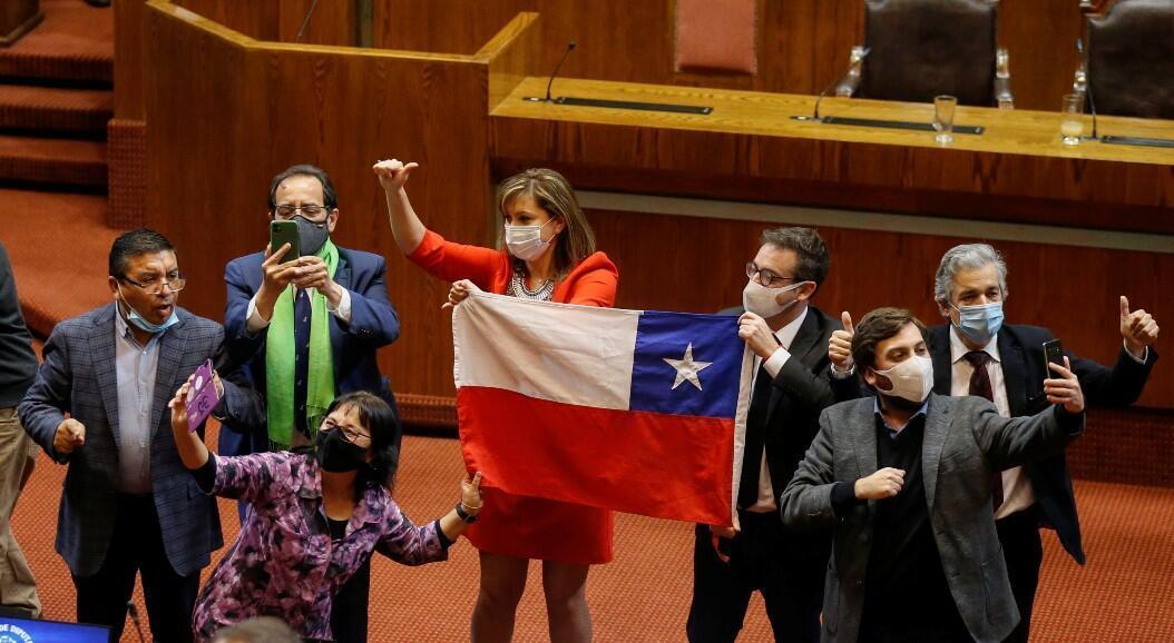 La oposición de Chile celebra los resultados de la votación en la Cámara de Diputados, con los que se aprueba de manera definitiva, en el Congreso, una reforma constitucional sobre el sistema de pensiones, en medio de la pandemia del Covid-19, en Valparaíso, Chile, el 23 de julio de 2020.