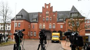 Las cámaras de video se instalan fuera de la prisión de Neumünster, Alemania, el 26 de marzo de 2018, después de que el exlíder catalán Carles Puigdemont fuera detenido el domingo en Alemania y puesto bajo custodia en este edificio.