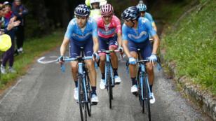 Richard Carapaz asciende en la etapa 16 del Giro, acompañado de Antonio Pedrero y Mikel Landa. Lovere - Ponte di Legno, Italia. 28 de mayo de 2019.