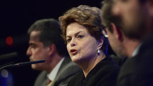 La expresidenta brasileña Dilma Rousseff hace un gesto durante una conferencia en Madrid, España, el 10 de abril de 2018.