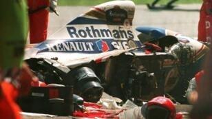 سيارة فريق وليامس التي قضى على متنها السائق البرازيلي إيرتون سينا، كما بدت بعد الحادث الذي تعرض له على حلبة إيمولا في سان مارينو، في الأول من أيار/مايو 1994.