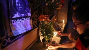 Decenas de personas se reunieron en Río de Janeiro la noche del 15 de marzo para rendir homenaje a la memoria de la concejal Marielle Franco.