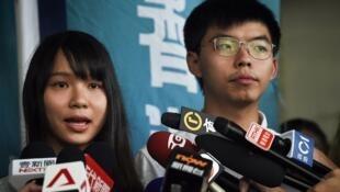 Les militants pro-démocratie, Agnes Chow (à gauche) et Joshua Wong (à droite), s'adressent à la presse après leur libération sous caution à Hong Kong, le 30 août 2019.