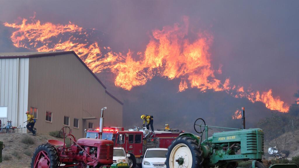 Los bomberos combaten un incendio forestal impulsado por el viento en las colinas de Canyon Country, al norte de Los Ángeles, California, EE. UU., el 24 de octubre de 2019.