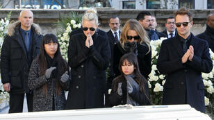 La famille Hallyday rassemblée autour du cercueil du chanteur, à l'église de la Madeleine, à Paris, le 9 décembre 2017.