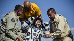 El personal de tierra ayuda a la astronauta de la NASA Anne McClain a salir de la cápsula Soyuz MS-11, Kazajstán, el 25 de junio de 2019.