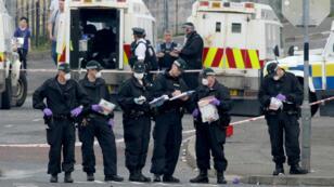 Après les émeutes, la police nord-irlandaise inspecte et collecte des preuves à l'endroit où la journaliste Lyra McKee a été tuée.