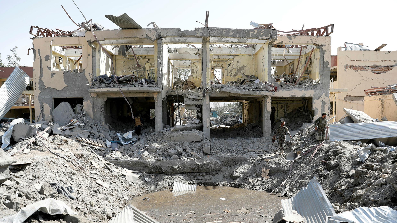 Un grupo de soldados inspecciona el sitio después de una explosión en Kabul, Afganistán, el 7 de agosto de 2019.