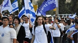 إسرائيليون يحملون أعلامهم في المدينة القديمة في القدس في 13 أيار/مايو 2018