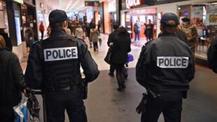 Policiers français en patrouille.