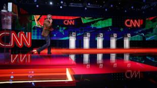 La scène où se tiendra le premier débat télévisé de la saison des cinq candidats démocrates.