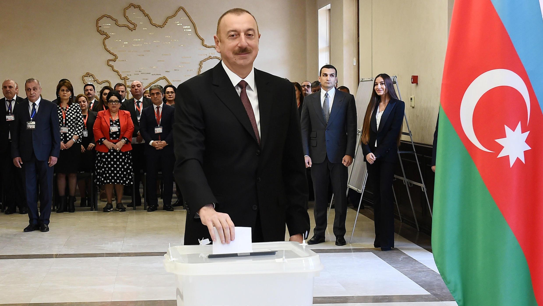 El presidente de Azerbaiyán, Ilham Aliyev, emite su voto durante las elecciones presidenciales en Bakú, Azerbaiyán, el 11 de abril de 2018.