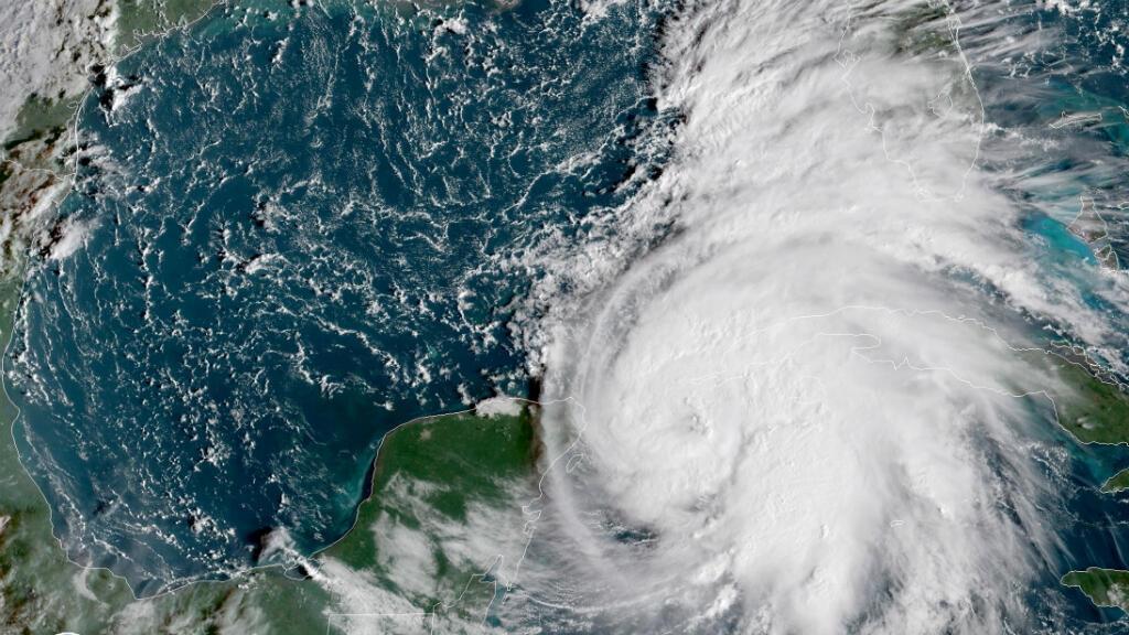 Imagen proporcionada por la Administración Nacional Oceánica y Atmosférica en la que se aprecia el desplazamiento de Michael en su ruta hacia el estado de Florida, EE.UU., el 8 de octubre de 2018.