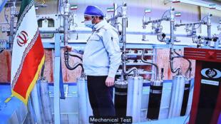 تظهر صورة قدمها مكتب الرئاسة الإيرانية يوم السبت شاشة مهندس داخل مصنع نطنز لتخصيب اليورانيوم الإيراني.