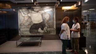 Empleadas del Instituto Catalán de la Salud con mascarilla charlan en el hotel Melià Barcelona Sarrià, medicalizado temporalmente para atender a pacientes del coronavirus, el 1 de julio de 2020 en Barcelona