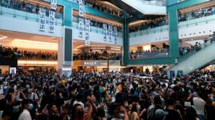 Manifestantes antigubernamentales realizan una protesta en un centro comercial en Sha Tin, Hong Kong , China, 22 de septiembre de 2019.