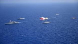 Le navire de prospection turc Oruç Reis et sa flottille d'escorte militaire en Méditerranée orientale