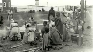 Des femmes herero faisant la lessive dans le camp de concentration de Swakopmund vers 1906.
