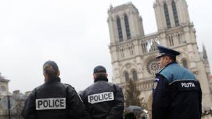Patrouille de police devant la cathédrale Notre-Dame de Paris, en avril 2012.