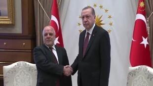 الرئيس التركي رجب طيب أردوغان (يمين) ورئيس الوزراء العراقي حيدر العبادي (يسار)