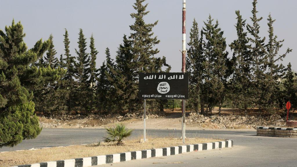 Chassée de la ville, l'organisation État islamique a planté son drapeau sur la route de Minbej dans le nord de la Syrie.