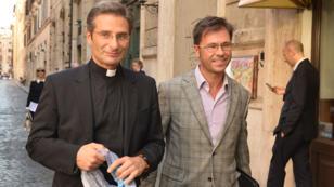 Le prêtre Krysztof Olaf Charamsa et son compagnon Eduardo à Rome le 3 octobre.