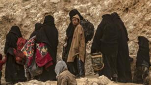Des membres supposés de l'organisation État islamique fuient Baghouz, le 14mars2019, en Syrie.