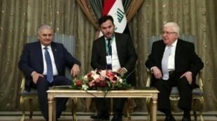 رئيس الوزراء التركي بن علي يلديريم خلال لقائه الرئيس العراقي فؤاد معصوم في بغداد السبت 7 كانون الثاني/يناير 7016