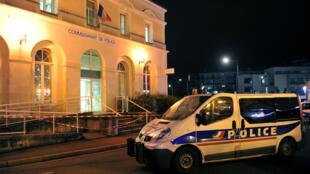 Le commissariat de Joué-lès-Tours où les forces de l'ordre ont abattu un indivu qui a agressé des policiers avec un couteau, le 20 décembre 2014.