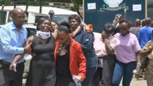 Des proches des victimes de l'attaque de Garissa devant la morgue de Nairobi, dimanche 5 avril.