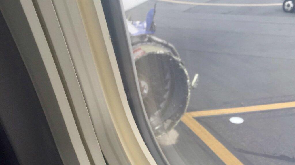 Una foto tomada desde el interior de la cámara que muestra el motor dañado del Boeing 737 de aerolínea Southwest.
