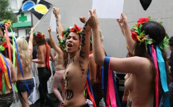 """Une douzaine de filles ont défilé seins nus, perchées sur des stilettos, fleurs dans les cheveux, aux cris de """"Nudité, Liberté !"""", sous les regard médusés des habitants. © Sarah Leduc"""