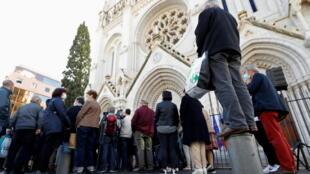 تجمع أمام كاتدرائية نيس للتعبير عن التضامن مع ضحايا الاعتداء. 30/10/2020