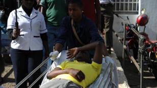 Un blessé évacué à l'hôpital de Nairobi après un mouvement de panique lors d'une simulation d'attentat à l'université Strathmore au Kenya, le 30 novembre 2015.