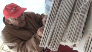 Un homme distribue gratuitement un journal soutenant le Premier ministre sortant Benyamin Netanyahou.